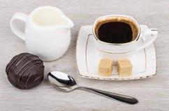 Κέικ σοκολάτας, γάλα, φλιτζάνι του καφέ με τη ζάχαρη Στοκ φωτογραφία με δικαίωμα ελεύθερης χρήσης