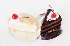 Κέικ σοκολάτας και βανίλιας με τα κεράσια σε ένα φύλλο αλουμινίου πιάτων Στοκ Εικόνες