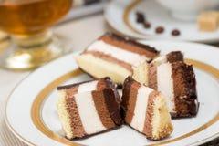 Κέικ σοκολάτας, κονιάκ στο υπόβαθρο Στοκ φωτογραφία με δικαίωμα ελεύθερης χρήσης
