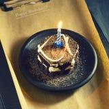 Κέικ σοκολάτας με ένα κερί και τα δώρα Χρόνια πολλά, κάρτα Ευχετήρια κάρτα διακοπών Στοκ Φωτογραφία