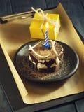 Κέικ σοκολάτας με ένα κερί και τα δώρα Χρόνια πολλά, κάρτα Ευχετήρια κάρτα διακοπών Στοκ Φωτογραφίες