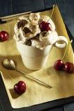 Κέικ σοκολάτας με τα κεράσια και ένα φλιτζάνι του καφέ με την κτυπημένη κρέμα croissant γλυκό φλυτζανιών καφέ σπασιμάτων ανασκόπη Στοκ φωτογραφία με δικαίωμα ελεύθερης χρήσης