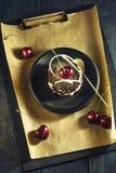 Κέικ σοκολάτας με τα κεράσια και ένα φλιτζάνι του καφέ με την κτυπημένη κρέμα croissant γλυκό φλυτζανιών καφέ σπασιμάτων ανασκόπη Στοκ εικόνες με δικαίωμα ελεύθερης χρήσης