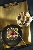 Κέικ σοκολάτας με τα κεράσια και ένα φλιτζάνι του καφέ με την κτυπημένη κρέμα croissant γλυκό φλυτζανιών καφέ σπασιμάτων ανασκόπη Στοκ φωτογραφίες με δικαίωμα ελεύθερης χρήσης