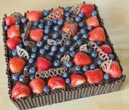 Κέικ σοκολάτας με τα μούρα Στοκ Εικόνες