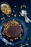 Κέικ σοκολάτας με τα τριαντάφυλλα Στοκ Φωτογραφία