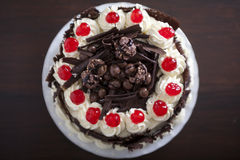 Κέικ σοκολάτας με την κρέμα και τα κεράσια Στοκ φωτογραφίες με δικαίωμα ελεύθερης χρήσης
