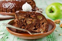 Κέικ σοκολάτας με τη Apple και το πάγωμα σοκολάτας Στοκ φωτογραφία με δικαίωμα ελεύθερης χρήσης