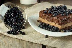 Κέικ σοκολάτας με το βακκίνιο και γυαλί με τα μούρα Στοκ εικόνα με δικαίωμα ελεύθερης χρήσης