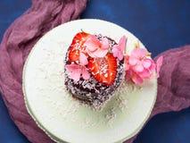 Κέικ σοκολάτας με το ντεκόρ λουλουδιών φραουλών Στοκ Φωτογραφίες