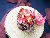 Κέικ σοκολάτας με το ντεκόρ λουλουδιών φραουλών Στοκ φωτογραφίες με δικαίωμα ελεύθερης χρήσης
