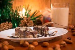 Κέικ σοκολάτας με το ξύλο καρυδιάς που κόβεται στα τετράγωνα Στοκ εικόνες με δικαίωμα ελεύθερης χρήσης