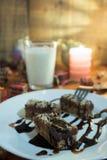 Κέικ σοκολάτας με το ξύλο καρυδιάς που κόβεται στα τετράγωνα Στοκ Φωτογραφίες