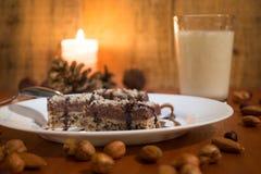Κέικ σοκολάτας με το ξύλο καρυδιάς που κόβεται στα τετράγωνα Στοκ φωτογραφίες με δικαίωμα ελεύθερης χρήσης
