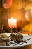 Κέικ σοκολάτας με το ξύλο καρυδιάς που κόβεται στα τετράγωνα Στοκ Εικόνες