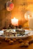 Κέικ σοκολάτας με το ξύλο καρυδιάς που κόβεται στα τετράγωνα Στοκ εικόνα με δικαίωμα ελεύθερης χρήσης