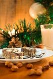 Κέικ σοκολάτας με το ξύλο καρυδιάς που κόβεται στα τετράγωνα Στοκ φωτογραφία με δικαίωμα ελεύθερης χρήσης