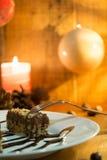 Κέικ σοκολάτας με το ξύλο καρυδιάς που κόβεται στα τετράγωνα Στοκ Φωτογραφία