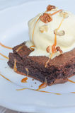 Κέικ σοκολάτας με το παγωτό και την καραμέλα Στοκ Εικόνα
