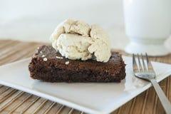 Κέικ σοκολάτας με το παγωτό κανέλας Στοκ φωτογραφία με δικαίωμα ελεύθερης χρήσης