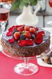 Κέικ σοκολάτας που διακοσμείται με τις φράουλες και τα βατόμουρα Στοκ εικόνα με δικαίωμα ελεύθερης χρήσης