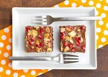 Κέικ σοκολάτας που διακοσμείται με το ρόδι και το αμύγδαλο Στοκ Εικόνες