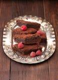 Κέικ σοκολάτας σε ένα εκλεκτής ποιότητας πιάτο στοκ εικόνες με δικαίωμα ελεύθερης χρήσης