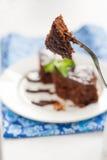 Κέικ σοκολάτας σε ένα πιάτο για το φοντάν, και μπλε πετσέτα Στοκ Εικόνες