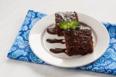 Κέικ σοκολάτας σε ένα πιάτο για το φοντάν, και μπλε πετσέτα Στοκ Φωτογραφίες