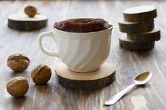 Κέικ σοκολάτας σε μια κούπα καφέ Στοκ Εικόνες