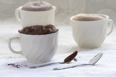 Κέικ σοκολάτας σε μια κούπα καφέ Στοκ Εικόνα