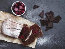 Κέικ σοκολάτας σε χαρτί ψησίματος με τα συστατικά Στοκ Φωτογραφίες