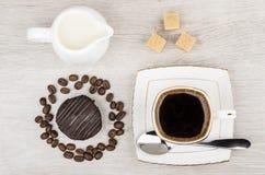 Κέικ σοκολάτας στο δαχτυλίδι από τα φασόλια καφέ, γάλα κανατών Στοκ εικόνες με δικαίωμα ελεύθερης χρήσης