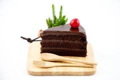 Κέικ σοκολάτας στο ξύλινο άσπρο υπόβαθρο πιάτων Στοκ φωτογραφία με δικαίωμα ελεύθερης χρήσης