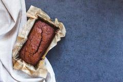 Κέικ σοκολάτας στο πιάτο ψησίματος Στοκ φωτογραφία με δικαίωμα ελεύθερης χρήσης