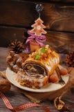 Κέικ σπόρου παπαρουνών για τα Χριστούγεννα στον ξύλινο πίνακα Στοκ Εικόνες
