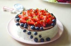 Κέικ στάρπης που διακοσμείται με τα φρούτα, καμία ζάχαρη, κανένα αλεύρι Η έννοια της κατάλληλης υγιεινής διατροφής, απώλεια βάρου Στοκ φωτογραφία με δικαίωμα ελεύθερης χρήσης
