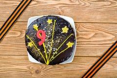 Κέικ στις κορδέλλες πιάτων και του ST George προς τιμή της 9ης Μαΐου - η ημέρα της νίκης στο μεγάλο πατριωτικό πόλεμο στοκ φωτογραφίες