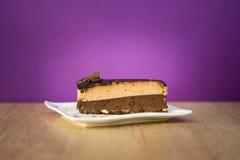 Κέικ στο άσπρο πιάτο που φαίνεται όμορφο mhm νόστιμο Στοκ φωτογραφία με δικαίωμα ελεύθερης χρήσης