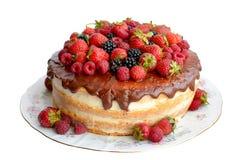 Κέικ στο λούστρο σοκολάτας με τα φρέσκα μούρα στο άσπρο υπόβαθρο Στοκ εικόνα με δικαίωμα ελεύθερης χρήσης