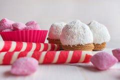 Κέικ στο ροζ τσιπ και καραμελών καρύδων Στοκ εικόνες με δικαίωμα ελεύθερης χρήσης