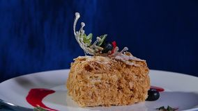 Κέικ στρώματος με τη μέντα, φράουλα, βακκίνιο Νόστιμο κέικ στρώματος απόθεμα βίντεο
