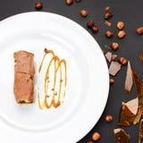 Κέικ στρώματος σοκολάτας με την καραμέλα, τα καρύδια και τη σοκολάτα στο άσπρο π Στοκ φωτογραφίες με δικαίωμα ελεύθερης χρήσης