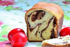 Κέικ σφουγγαριών και αυγά Πάσχας στοκ εικόνα με δικαίωμα ελεύθερης χρήσης