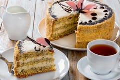 Κέικ σφουγγαριών με τους σπόρους παπαρουνών που βάζουν σε στρώσεις με την κρέμα Στοκ Εικόνες