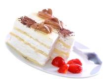 Κέικ σφουγγαριών, παγωμένα strawberr. Απομονωμένος Στοκ φωτογραφίες με δικαίωμα ελεύθερης χρήσης
