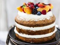 Κέικ σφουγγαριών που ολοκληρώνεται με τα φρούτα Στοκ εικόνες με δικαίωμα ελεύθερης χρήσης