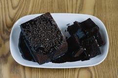 Κέικ σφουγγαριών σοκολάτας που καλύπτεται με τη λειωμένα σοκολάτα και το ρύζι σοκολάτας ως κάλυμμα Στοκ φωτογραφία με δικαίωμα ελεύθερης χρήσης
