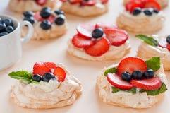 Κέικ της Anna Pavlova με τις φράουλες, τα βακκίνια και το τυρί κρέμας Τοπ άποψη, θέση για το κείμενο, έννοια του γλυκού αγάπης Στοκ Εικόνα