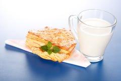 Κέικ της Apple και ένα ποτήρι του γάλακτος Στοκ Εικόνες